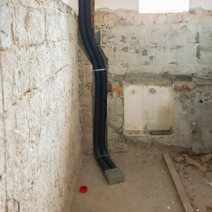 Promień gięcia przewodów 75mm jest naprawdę duża, wystarczy w odpowiednich miejscach użyć taśmy montażowej