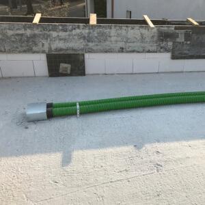 Uniwersalna taśma montażowa perforowana idealnie nadaje się do mocowania przewodów o różnych średnicach. Na stropie jak i pod sufitem.