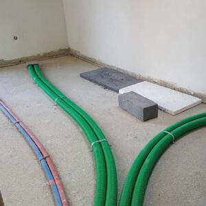 Po wykonaniu wszystkich instalacji podłogowych, można rozpocząć prace związane z rozłożeniem izolacji.