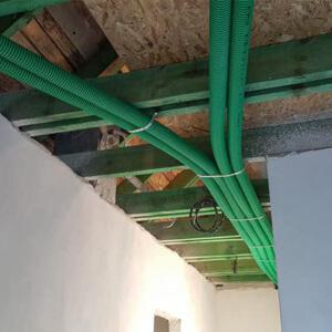 Przewody będą przebiegać w suficie podwieszanym, pod grubą warstwą izolacji.