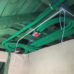 Instalacja pod dachem. Jest wystarczająco dużo miejsca by zastosować rozdzielacze dwurzędowe.