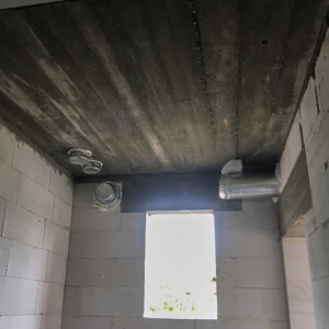 Miejsce na rekuperator. Piony do rozdzielaczy w suficie, w ścianach przejścia do czerpni i wyrzutni.