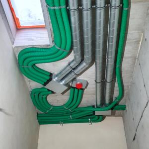 Mimo dużej ilości przewodów i małej ilości miejsca instalacja wykonana bardzo estetycznie.
