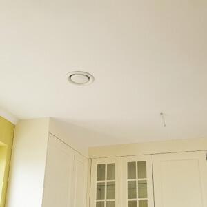 Instalacja anemostatu kuchennego w zamieszkałym bydunku, wymagał wywiercenia otworu w stropie.