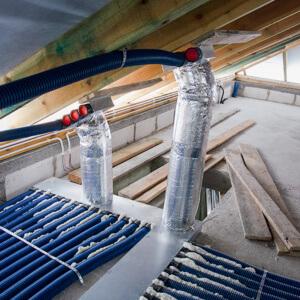 Rozdzielacze zamontowane pod skosem. Przewody 75mm będą biegły pod ociepleniem połaci dachowej.